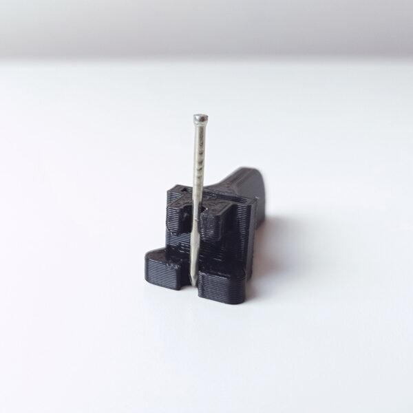 String Art Helper uchwyt do wbijania gwoździ. Zdjęcie produktu w użyciu.