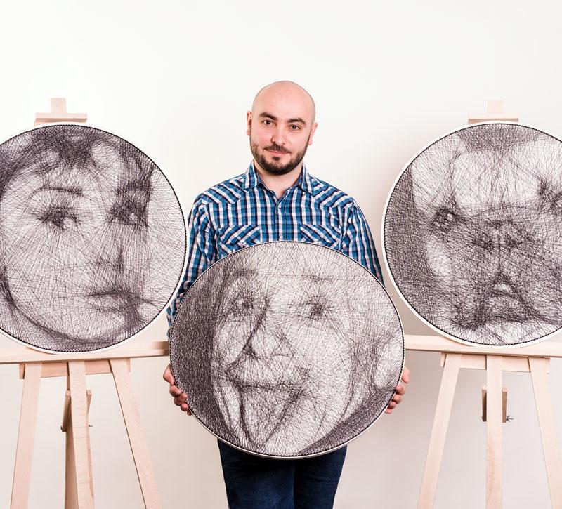 Na zdjęciu widać trzy portrety wykonane techniką string art: dwie z nich są zaprezentowane na sztalugach, a jedną trzyma autor. Portrety przedstawiają kolejno: Audrey Hepburn, Alberta Einsteina i pyszczek buldoga francuskiego.