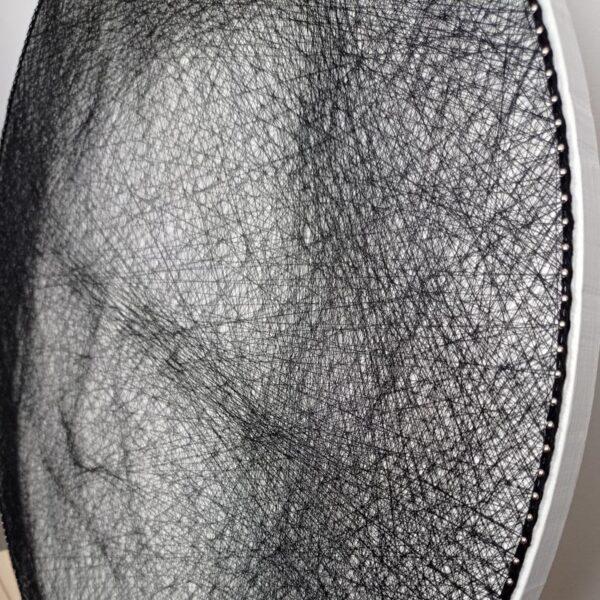 Stringartowy portret Zbigniewa Wodeckiego. Zdjęcie wykonane z ukosa, ze zbliżeniem na detale.
