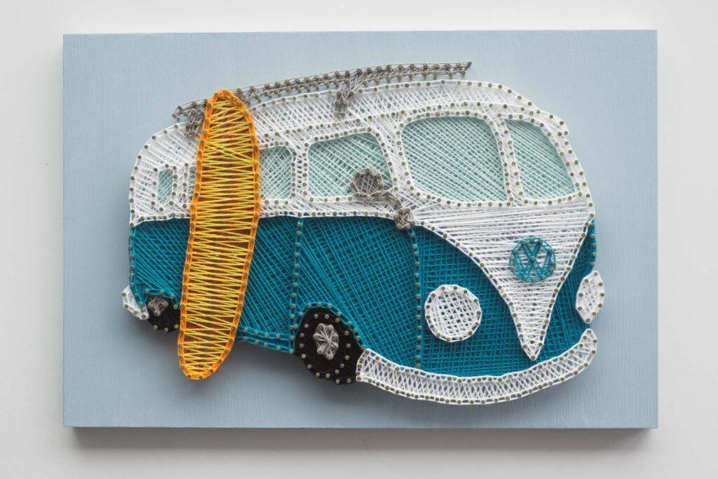 """String art – obraz przedstawiający kultowy samochód Volkswagen T1 """"ogórek"""". Zdjęcie przedstawiające całość pracy."""